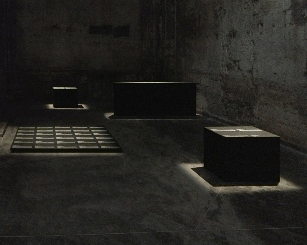 Alfredo Jaar Real Pictures, 1995–2012, Installation (6 monuments composés de 291 boîtes d'archives sérigraphiées, comprenant 291 photographies) http://www.alfredojaar.net/